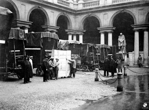 Brera in guerra, il cortile. Le opere imballate prima della partenza verso un ricovero sicuro, 1942 43. Roma, Archivio Storico Istituto Luce