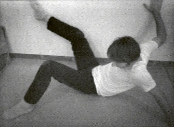 Bruce Nauman, Wall Floor Positions, 1968. Still da video. MoMA, New York. Courtesy Electronic Arts Intermix, New York © Bruce Nauman 2018, ProLitteris, Zurich