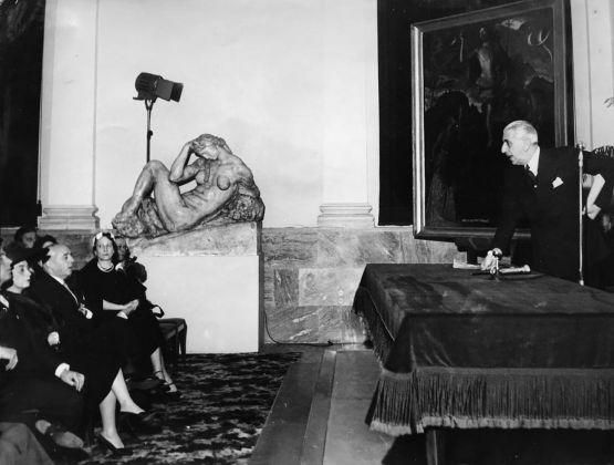 Donazione alla Pinacoteca di Brera della Resurrezione di Cristo di Cariani da parte di Paolo Gerli, 27 maggio 1957. Milano, Palazzo di Brera, Sala Napoleonica, Archivio privato