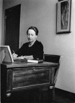 Fernanda Wittgens nel suo ufficio a Brera, 1955 ca. Milano, Laboratorio fotoradiografico della Pinacoteca di Brera