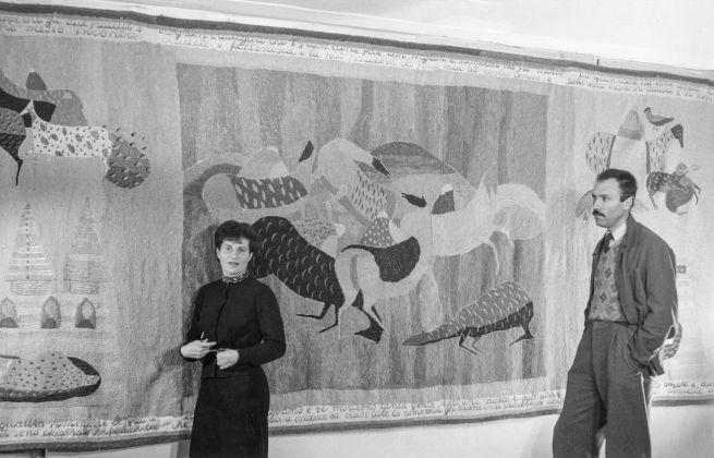 Ida Barbarigo e Zoran Music davanti all'arazzo Storia di Marco Polo