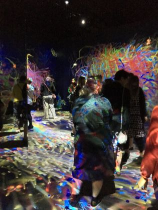 Il pubblico in Graffiti Nature dei teamLab. Ph. Maria Stella Bottai