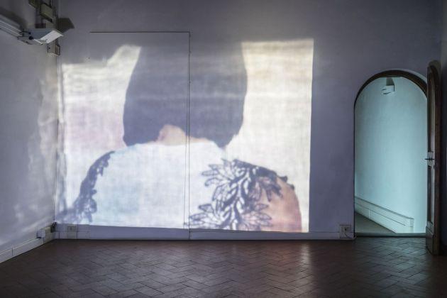 Lee Kit, Tell, 2018. Video in loop. Courtesy l'artista e galleria Massimo De Carlo, Milano Londra Hong Kong. Photo OKNOstudio
