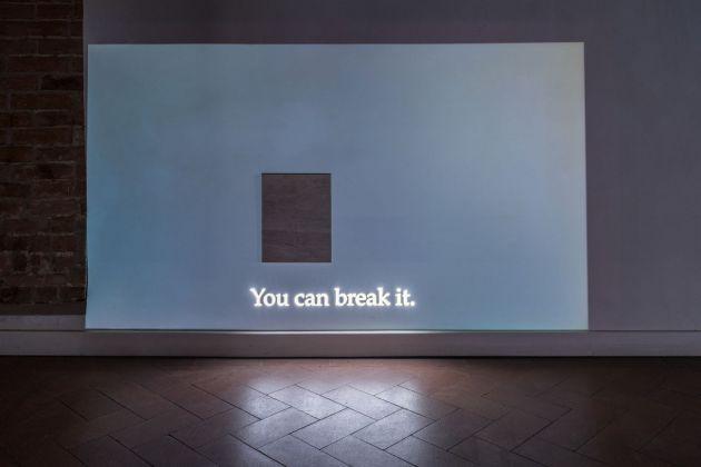 Lee Kit, Your neck, 2016. Courtesy l'artista e galleria Massimo De Carlo, Milano Londra Hong Kong. Photo OKNOstudio