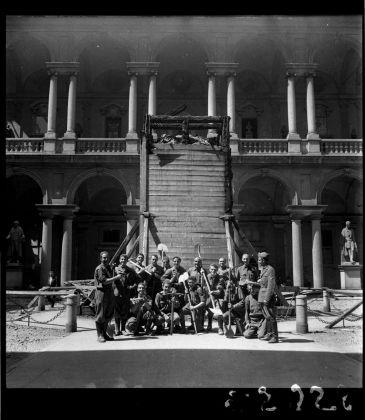 Publifoto, Brera in guerra, il cortile. La protezione del Napoleone di Canova, 1942 43. Milano, Archivio Publifoto