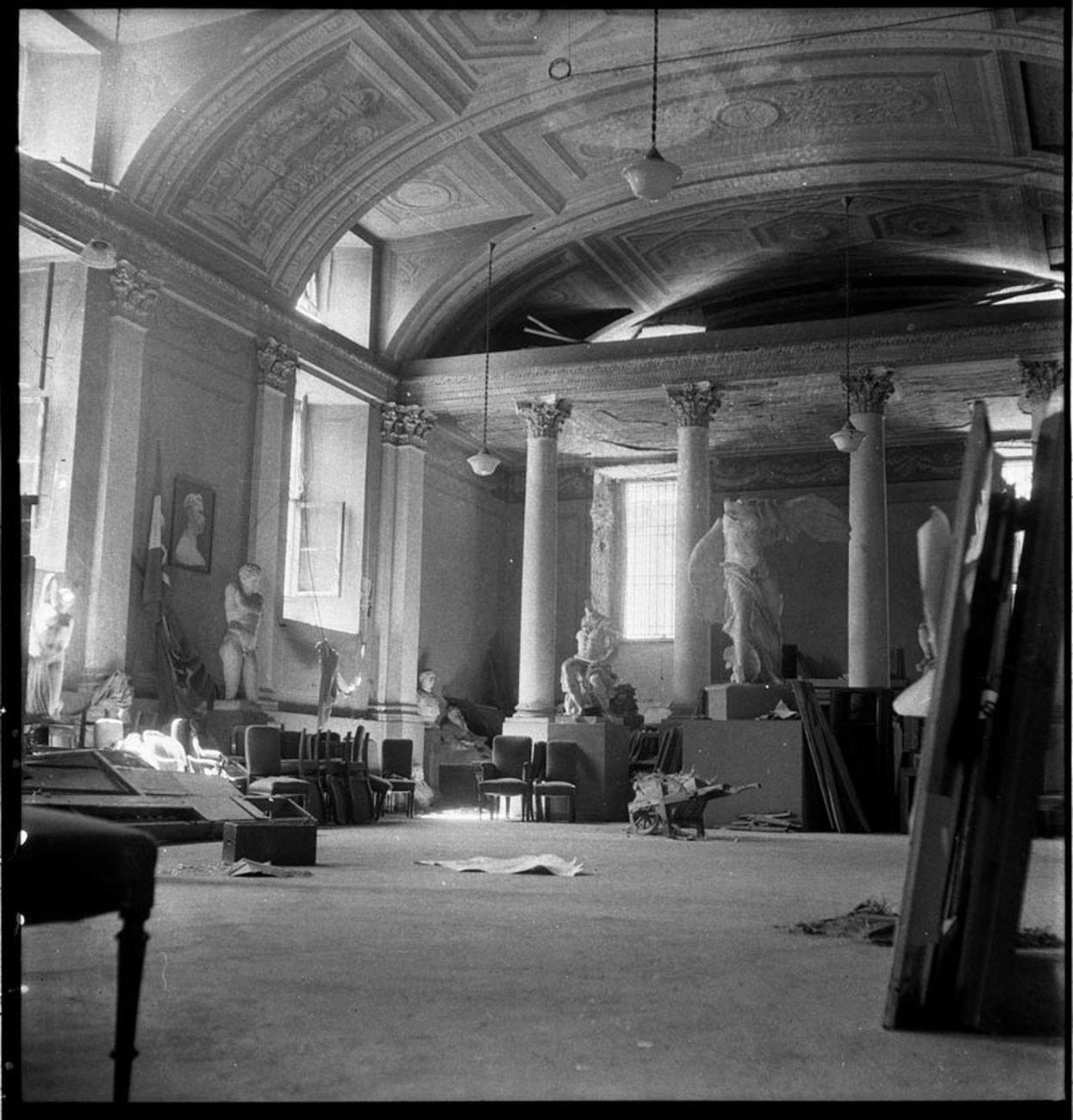 Publifoto, Le sale dell'Accademia di Belle Arti devastate dai bombardamenti, agosto 1943. Milano, Archivio Publifoto