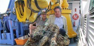 Recupero del rostro bronzeo nei mari di Levanzo, Sicilia. Da sx Il Dirigente Generale Sergio Alessandro e l'Assessore Sebastiano Tusa; agosto 2018
