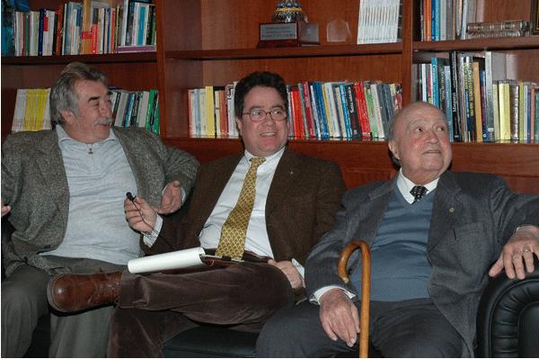Una vecchia foto di Cecè Paladino (a sx), con i due archeologici Sebastiano Tusa e Vincenzo Tusa (padre e figlio)