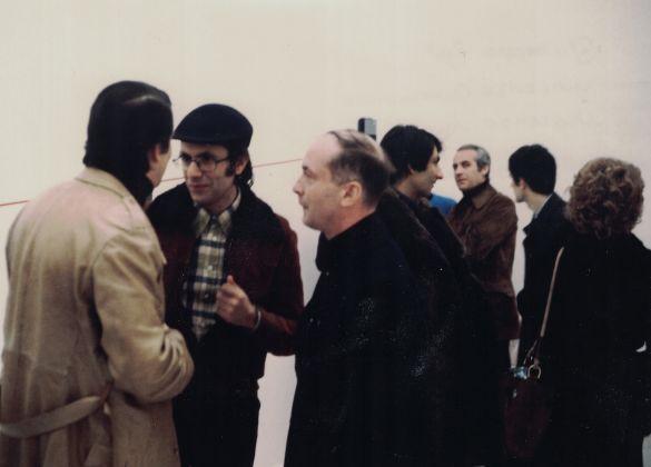 Enzo Cannaviello e Vincenzo Agnetti durante la sua personale in galleria, 1975