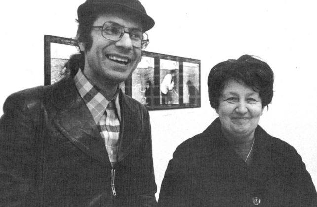 1975 Piazza de' Massimi, Enzo Cannaviello con Ileana Sonnabend alla mostra di Christian Boltanski