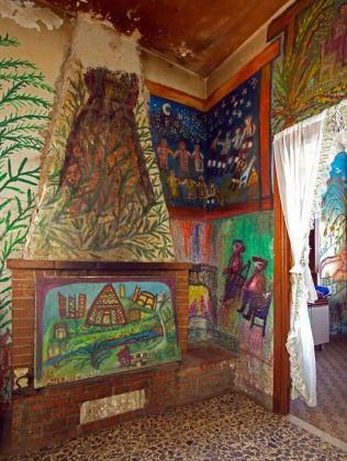 Casa dei Simboli di Bonaria Manca, dipinti del salotto. Ph. Paola Manca