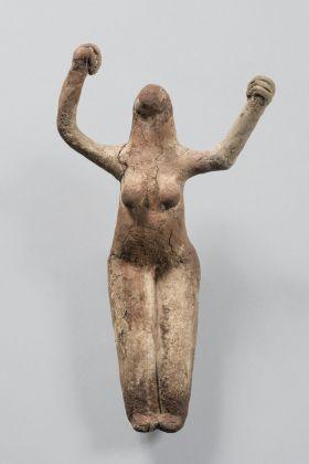 Figura femminile con braccia sollevate, Egitto, provenienza ignota, Periodo Naqua II (ca. 3450-3300 a.C.), Musée royaux d'Art et d'Historie, Bruxelles © Fondazione Giancarlo Ligabue. Photo Hughes Dubois