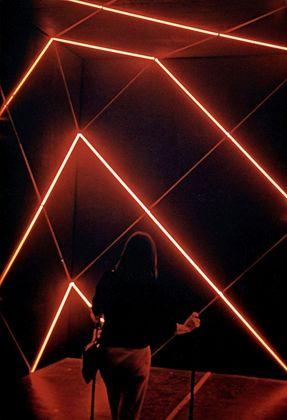 François Morellet, Cabane avec 2 trames 45° 135° de néons interférents, 1972. Centre National des arts plastiques, Parigi