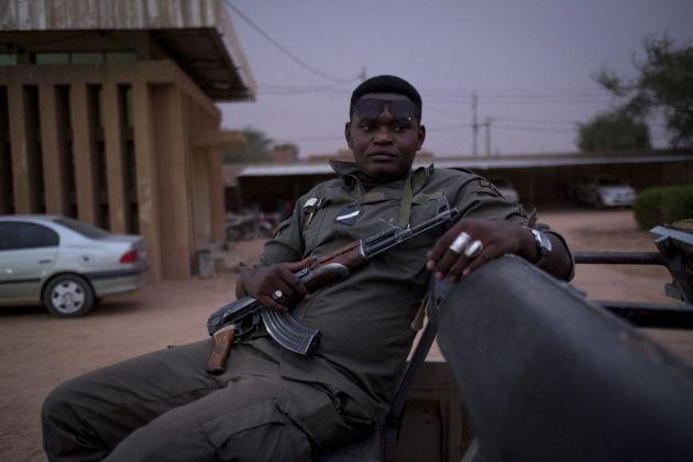 Francesco Bellina, Militare nigerino in pattugliamento notturno anti smuggler, 2018