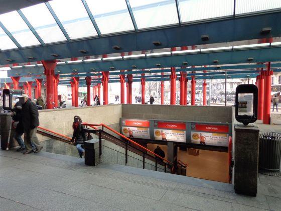 Gae Aulenti, Stazione di Cadorna della metropolitana di Milano, scala d'accesso, gennaio 2013. Photo Arbalete via commons.wikimedia.org
