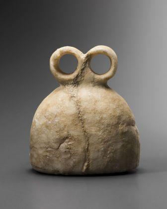 Idolo oculare, corpo convesso, Asia occidentale, 3300 3000 a.C., Collezione Ligabue, Venezia © Fondazione Giancarlo Ligabue. Photo Hughes Dubois
