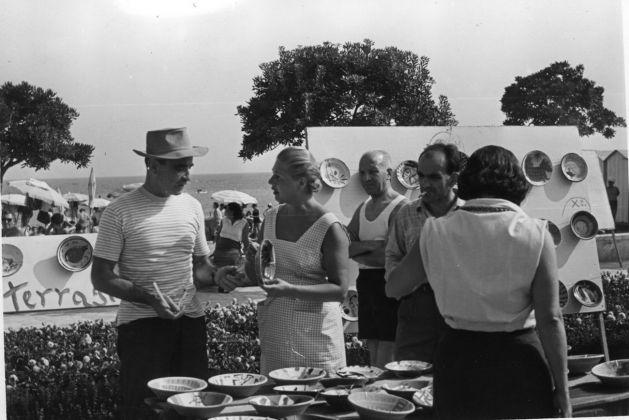Lucio Fontana alla festa del pesce, Albissola Marina, anni '50. Courtesy Fondazione Lucio Fontana