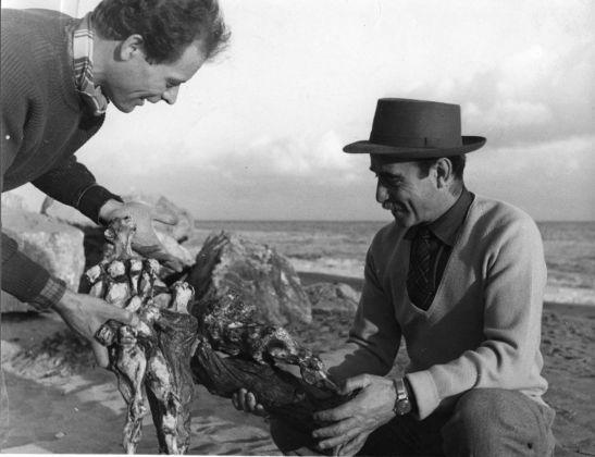 Lucio Fontana e Agenore Fabbri in spiaggia ad Albisola, primi anni '50. Courtesy Fondazione Lucio Fontana