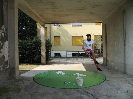 Matteo Montagna, OP OP, 2015, installazione con tappeto, palline di carta, cestino e audio, 350x360 cm