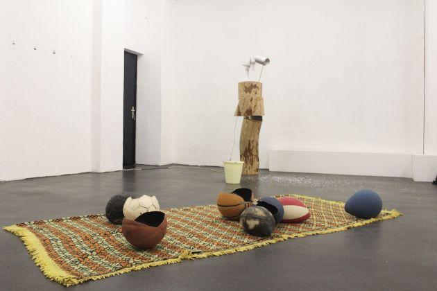 Matteo Montagna, Salone, 2014, installazione con palloni e coperta, dimensioni variabili