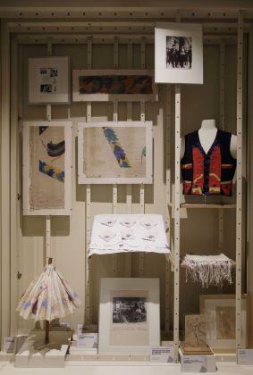 Pippo Rizzo. Dialoghi futuristi. Vetrina con oggetti d'arte applicata provenienti dalla Casa D'arte Futurista Pippo Rizzo. Courtesy of Fondazione Sicilia