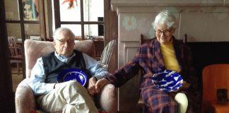Thanksgiving Day, 24 novembre 2016. Robert Venturi e Denise Scott Brown con un regalo dalla Costiera amalfitana, due piatti della Fabbrica di Ceramiche Solimene. Photo Rosa Sessa