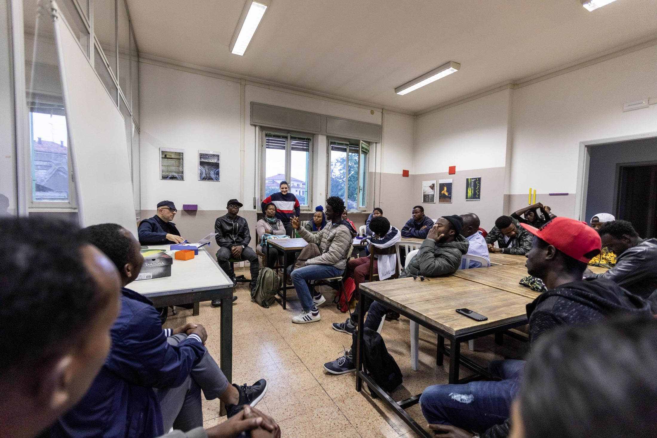 Flavio Favelli, Seminario di esercitazione artistica con migranti africani, Forlì. Foto di Gianluca Camporesi