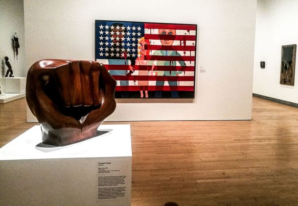 A sx, Elizabeth Catlett, Black Unity, 1968. A dx, Faith Ringgold, #18. The Flag Is Bleeding, 1967, dalla serie The American People. Installation view at Brooklyn Museum, New York 2018