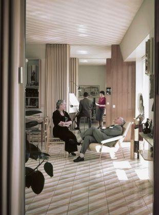 Casa Ponti. Gio e Giulia Ponti e, sullo sfondo, i due figli minori Letizia e Giulio, nella casa di via Dezza © Gio Ponti Archives