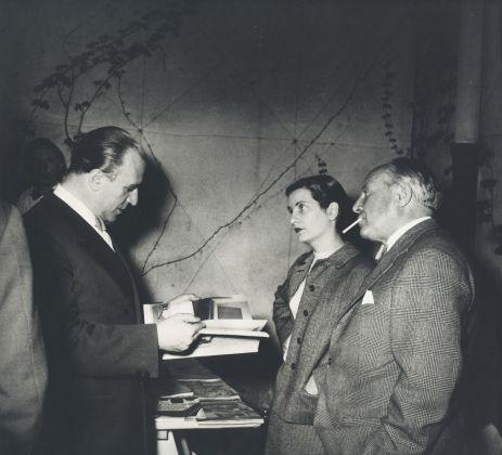 Da destra a sinistra Gianni Mazzocchi, Lisa Ponti e Gio Ponti discutono di un numero di Domus nello studio di Ponti © Gio Ponti Archives