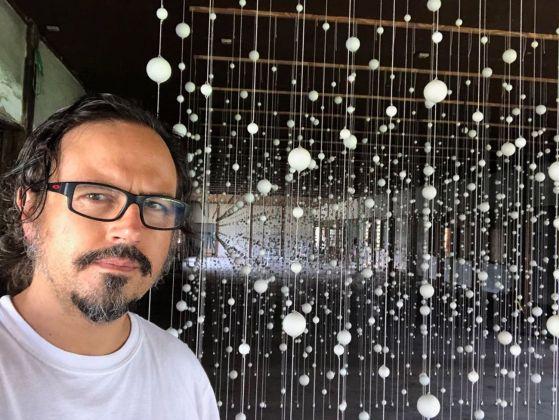 Damián Ortega e alle spalle il suo Warp Cloud. Installation view at Trienal de Echigo Tsumari, 2018. Courtesy l'artista