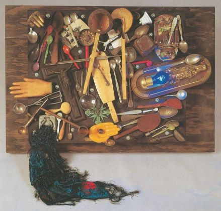 Daniel Spoerri, Collezione di cucchiai e di croci, 1986. Photo Paolo Pugnaghi. Collezioni Cattelani