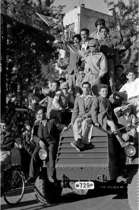 David Rubinger, Giovani israeliani celebrano la decisone delle Nazioni Unite di creare uno Stato Ebraico, 1947