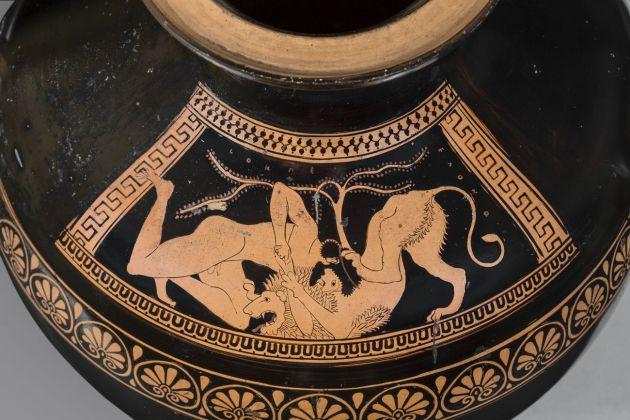 Eracle atterra il leone di Nemea (particolare), idria attica a figure rosse attribuita al Gruppo dei Pionieri, 510 a.C. ca. Antikenmuseum Basel und Sammlung Ludwig
