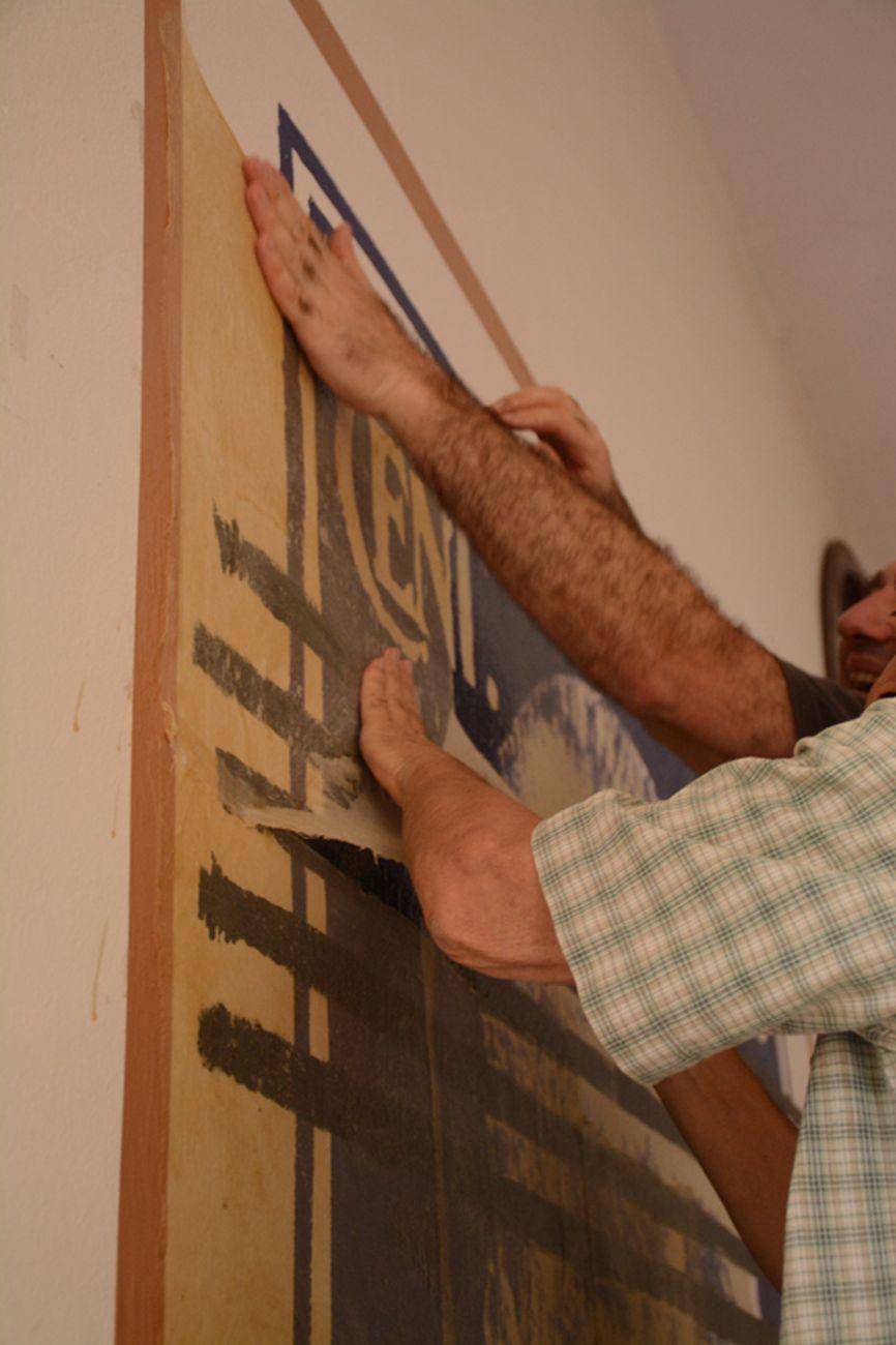 Fasi dello strappo del wall painting Serie Imperiale (Zara) di Flavio Favelli, Casa del Popolo, Bazzano (Bologna), 2018. Foto di Dario Lasagni