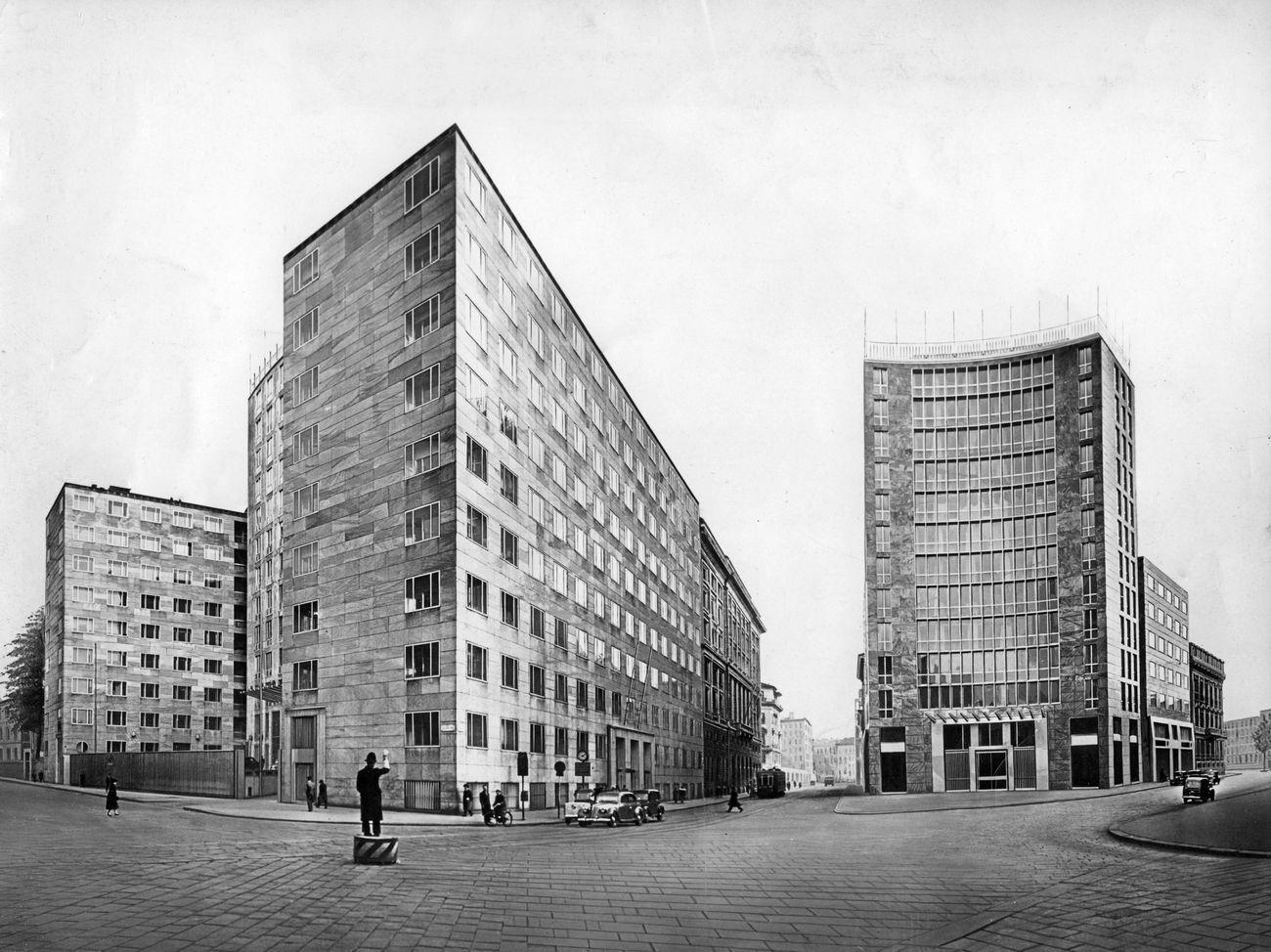 I due palazzi Montecatini in largo Donegani. A sinistra quello del 1936, a destra quello del 1951 © Gio Ponti Archives