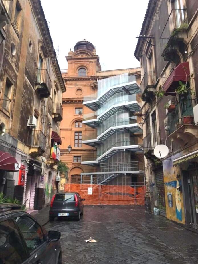 La scala antincendio sulla facciata laterale del Teatro Bellini di Catania