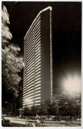 Il grattacielo Pirelli di notte © Gio Ponti Archives