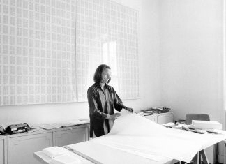 Irma Blank nello studio di via Saffi, Milano, 1977. Photo Maria Mulas