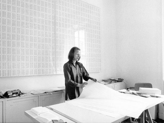 Irma Blank nello studio di via Saffi, Milano, 1977. Photo Maria Mulas