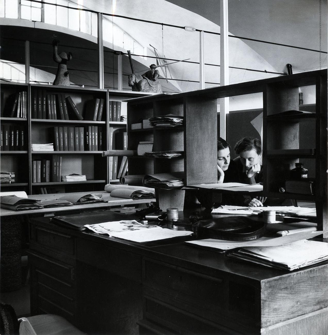La redazione di Domus era nello studio di Gio Ponti, in un angolo dedicato. Qui Lisa Ponti ed Enrichetta Ritter al lavoro © Gio Ponti Archives