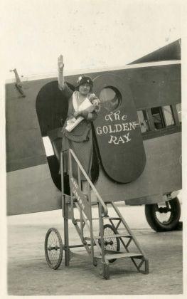 Margherita Sarfatti a bordo dell'aeroplano Golden Ray, durante il viaggio in America del Sud, agosto ottobre 1930. Mart, Archivio del '900, Fondo Sarfatti