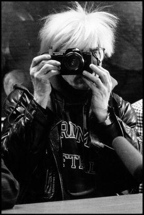 Maria Mulas, Warhol che mi fotografa, 1987. Photo © Maria Mulas