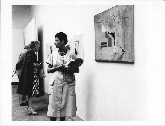 Peggy Guggenheim alla XXIX Biennale di Venezia del 1958 davanti a un'opera di Osvaldo Licini