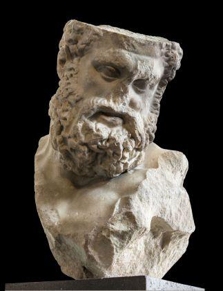 Testa colossale di Ercole in riposo (tipo Farnese), copia marmorea romana della seconda metà del I secolo a.C. di un'opera di Lisippo risalente al 320-310 a.C. ca. Antikenmuseum Basel und Sammlung Ludwig