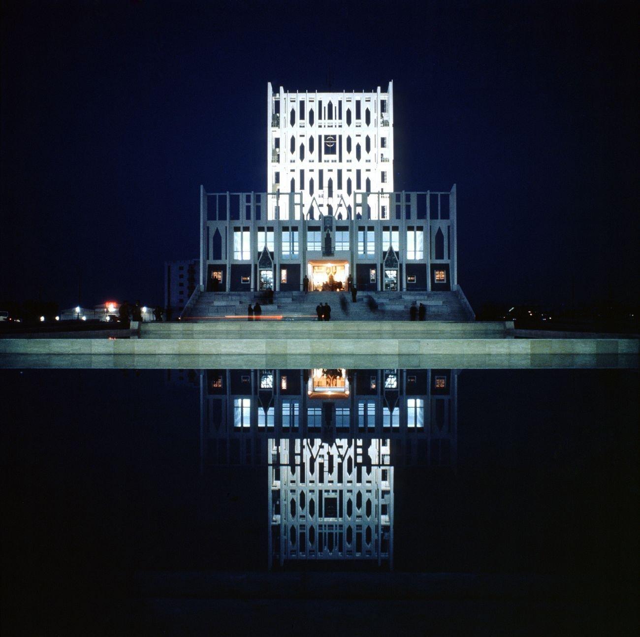 Veduta notturna della Concattedrale di Taranto (1970) che si specchia nelle vasche antistanti © Gio Ponti Archives