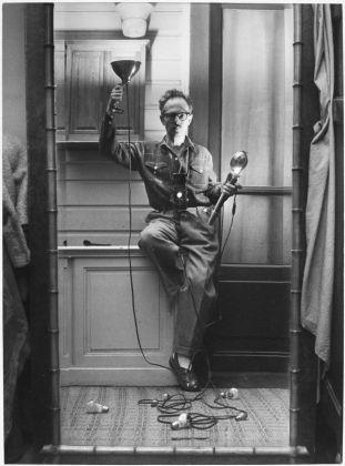 Willy Ronis, Autoportrait aux flashes, Paris, 1951. Ministère de la Culture - Médiathèque de l'architecture et du patrimoine - Dist RMN-GP © Donation Willy Ronis