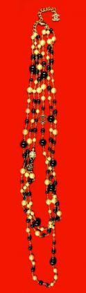 Chanel Collana a tre fili, anni 2000, perle, onice, lega metallica dorata, smalti, 65 cm, Casa Melato ai Coronari, Roma. ©Matteo Smolizza