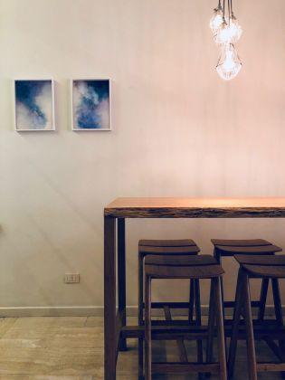 Fotografia (2018), stampa su carta fotografica, edizione 1/15, 32x42 cm, Goldschmied & Chiari, stampa digitale su specchio e vetro, 115x150 cm. Courtesy of Zazà ramen noodle bar & restaurant