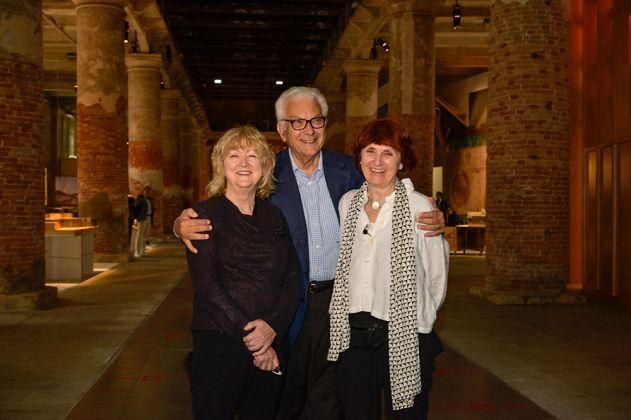 Baratta with Farrell and McNamara - Photo by Jacopo Salvi - Courtesy La Biennale di Venezia